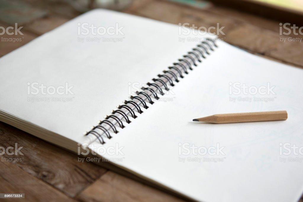 Bleistift auf leere Arbeitsmappe auf Holztisch – Foto