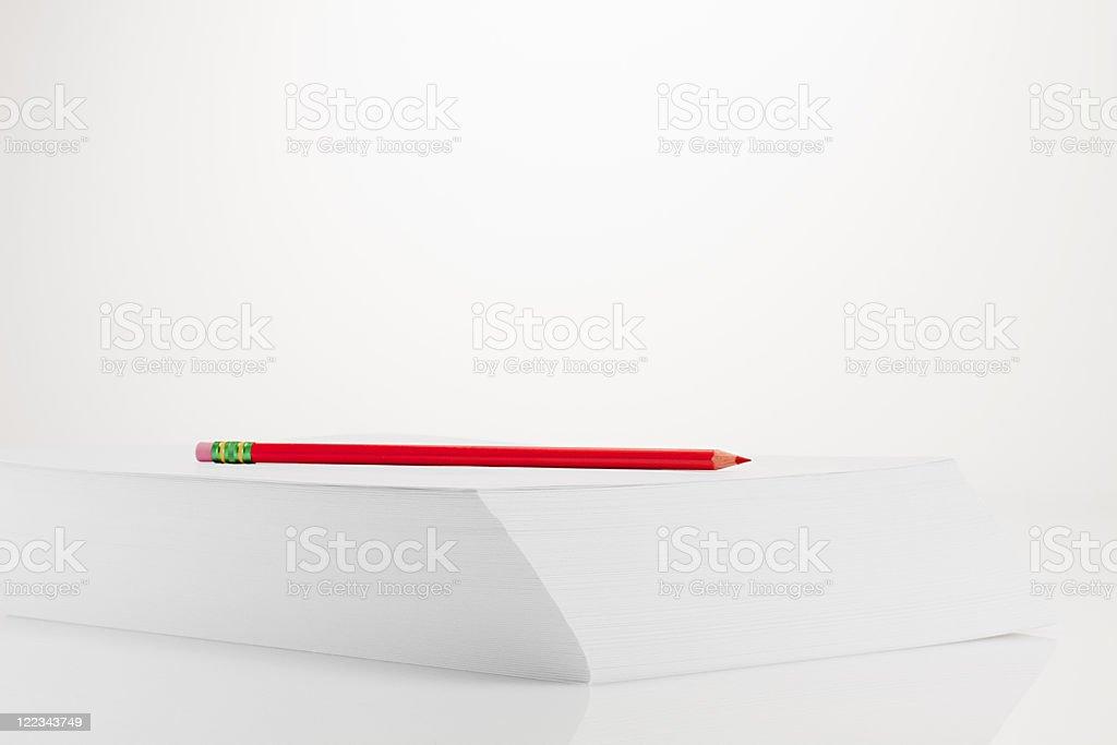 Bleistift auf Stapel Papier – Foto