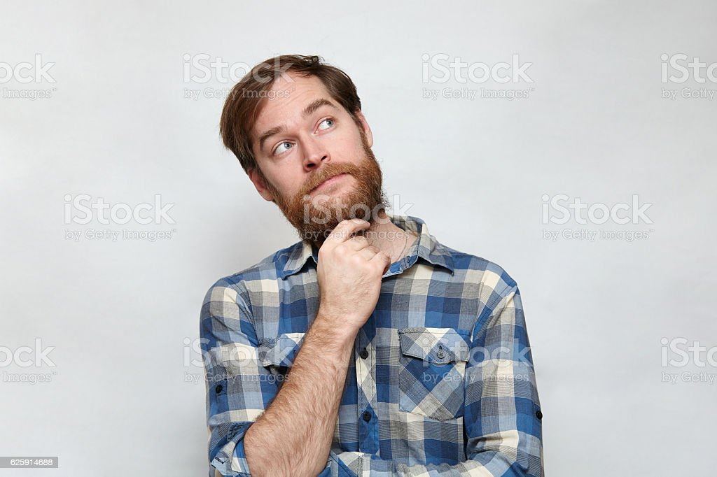 Pencive bearded man touching chin and looking up – Foto
