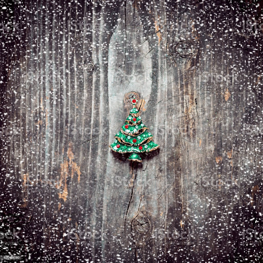 Pendant Christmas tree lies on the old wooden boards foto stock royalty-free