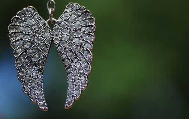 anhänger in form von engelsflügeln mit kristallen. - schmuck engel stock-fotos und bilder