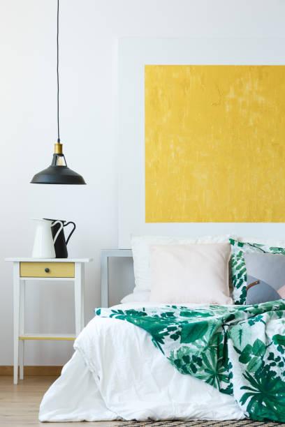 anhänger-lampe und wand-dekor - paletten kopfbrett stock-fotos und bilder