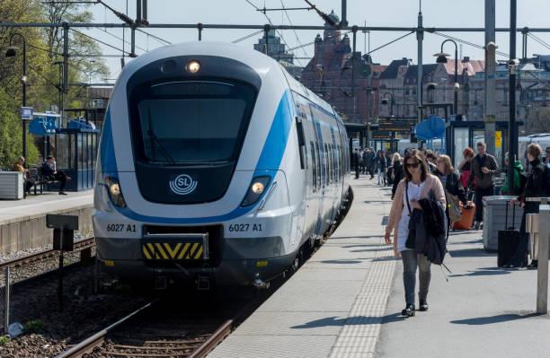 Pendeltåg i Estocolmo vid Karlbergs pendeltågs estación - foto de stock