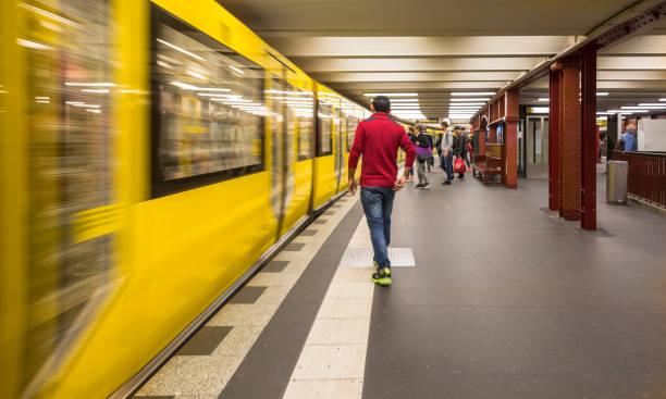 zugmitte eine der u-bahnstation alexanderplatz, berlin – stockfoto - u bahn stock-fotos und bilder