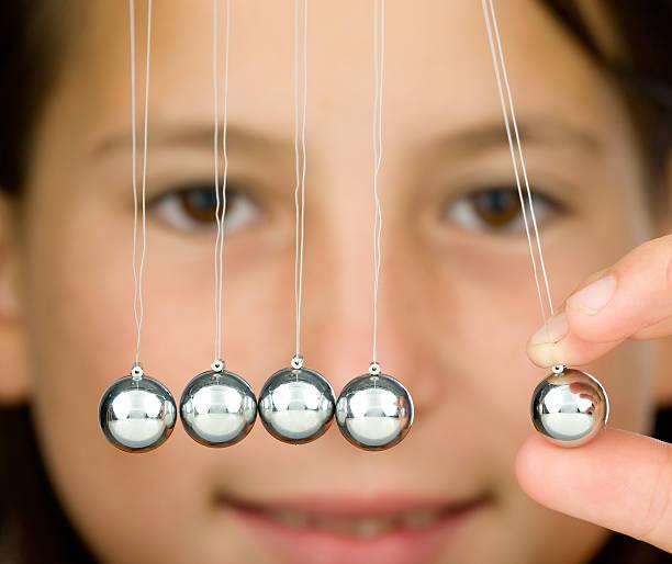 pendullum bolas close-up - foto de acervo