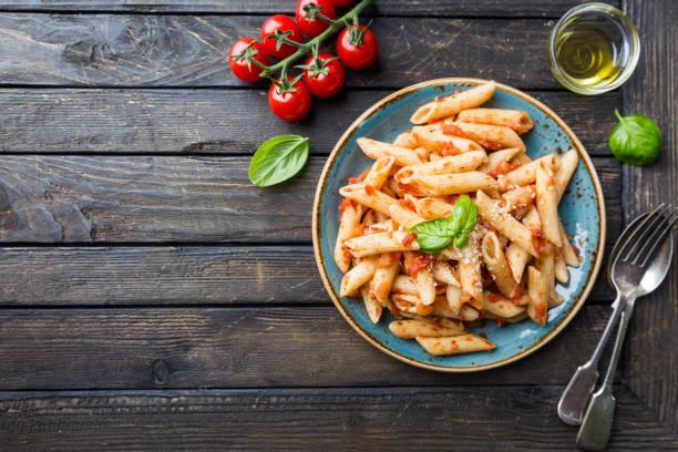 penne in tomatensauce - gesunde huhn pasta stock-fotos und bilder
