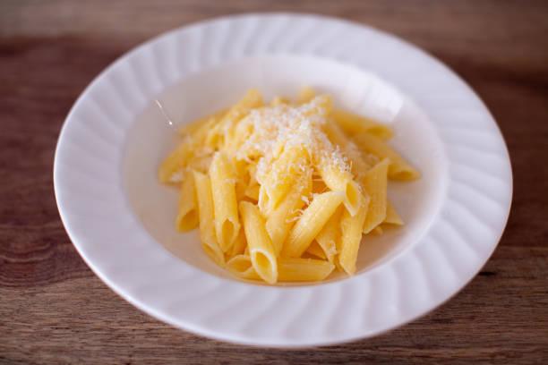 Penne Pasta mit Butter und Parmesankäse – Foto