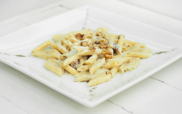penne with cheese and peanuts - carbonara soße stock-fotos und bilder