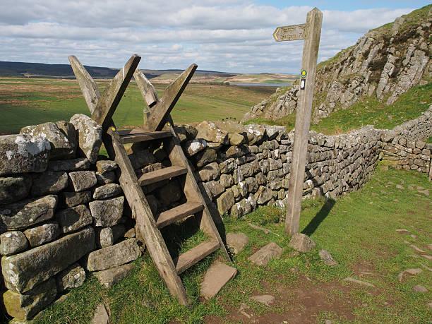 pennine way schild am hadrianswall, von northumberland - hadrian's wall stock-fotos und bilder