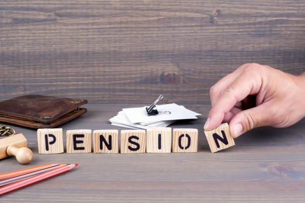 Pension. Holzbuchstaben auf dunklem Hintergrund – Foto