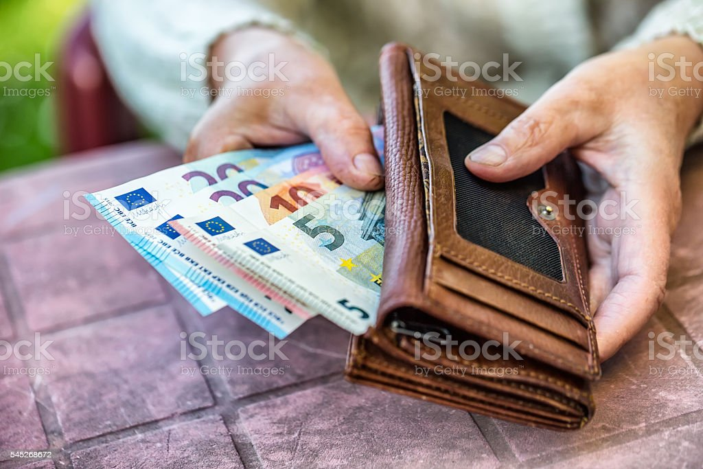 Pensioner woman holding in hands wallet with money – Foto