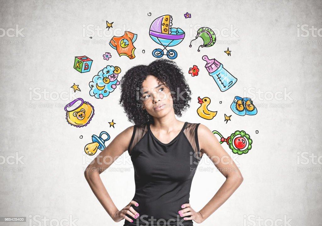 Femme d'affaires afro-américaines songeur, rêve de bébé - Photo de Adulte libre de droits