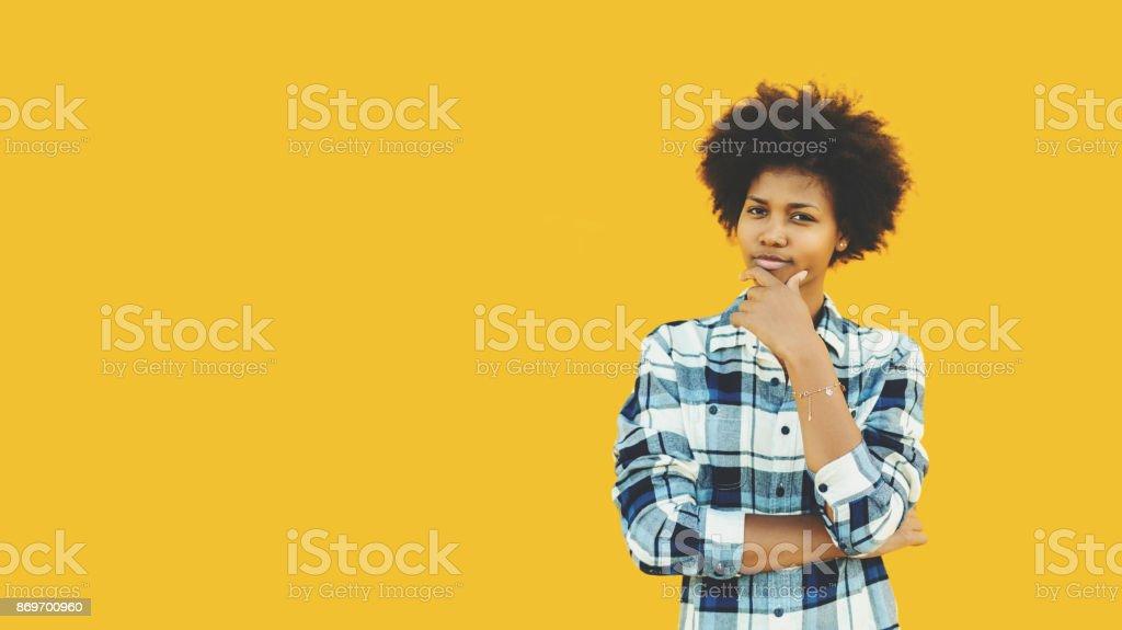 Nachdenklich Brasilianerin auf gelbem Hintergrund isoliert – Foto