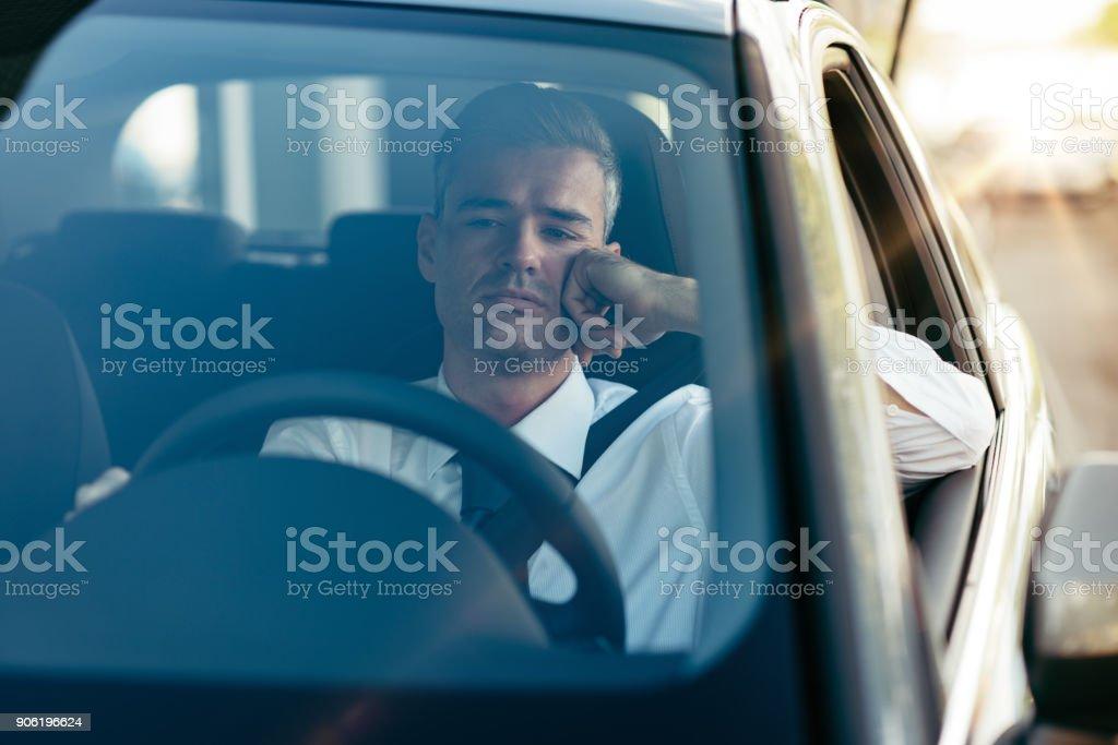 Empresário pensativo em seu carro - foto de acervo
