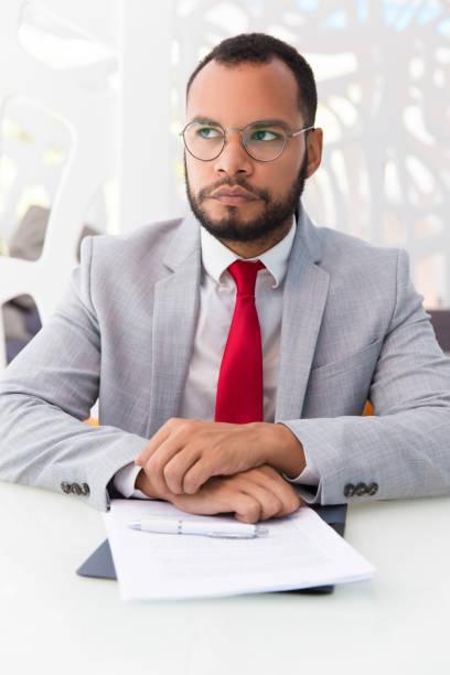 合意をめぐって考えるペンシブなビジネスマン - パラリーガル ストックフォトと画像