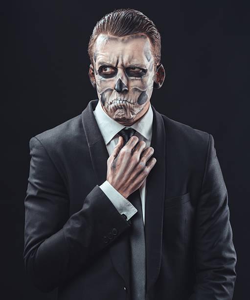 nachdenklich geschäftsmann mit make-up-skeleton - faschingskostüme herren stock-fotos und bilder