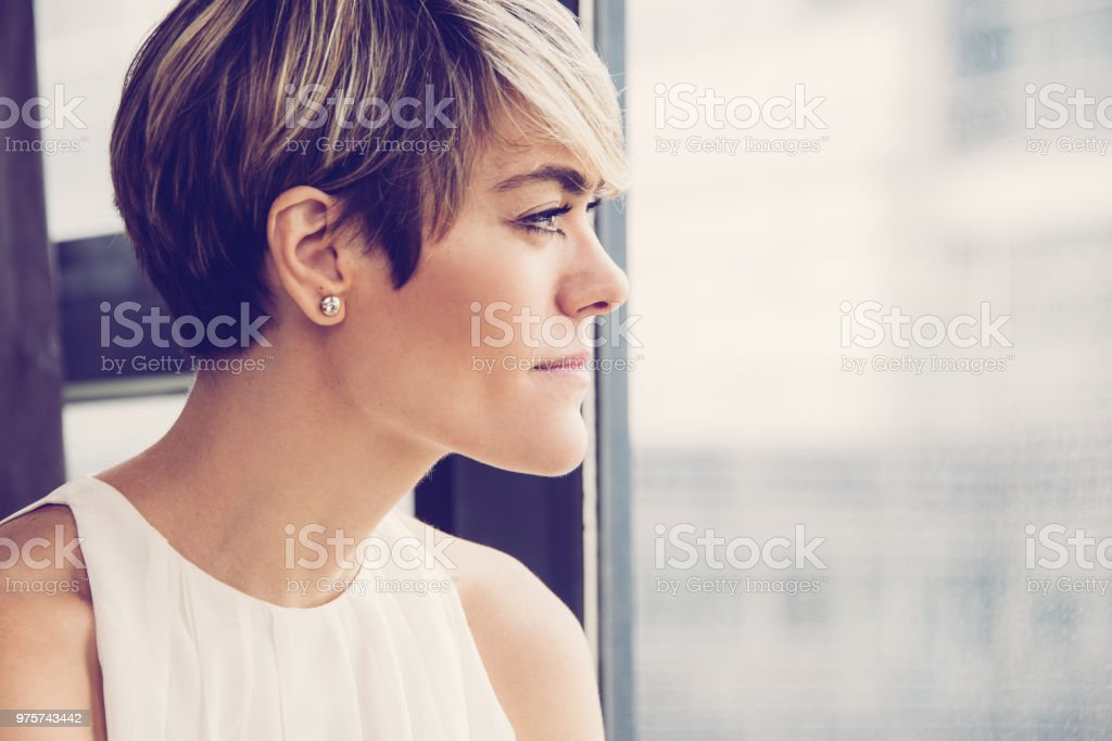 Nachdenklich Geschäftsfrau Betrachtung Stadt - Lizenzfrei Abwarten Stock-Foto