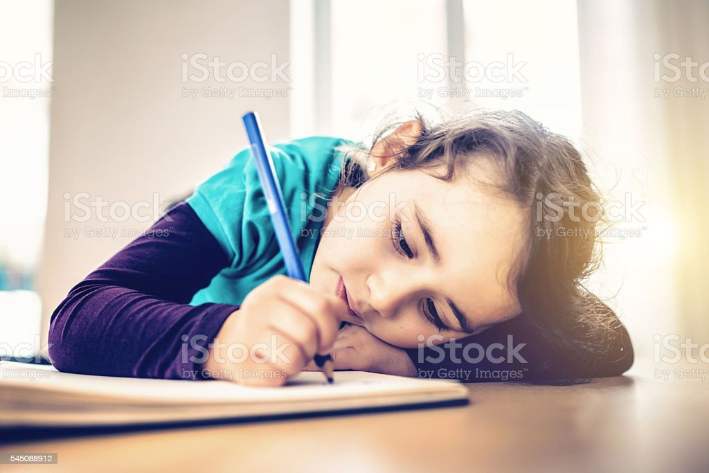 Disegno Uomo Alla Scrivania : Uomo pensieroso graziosa piccola bambina disegno alla scrivania