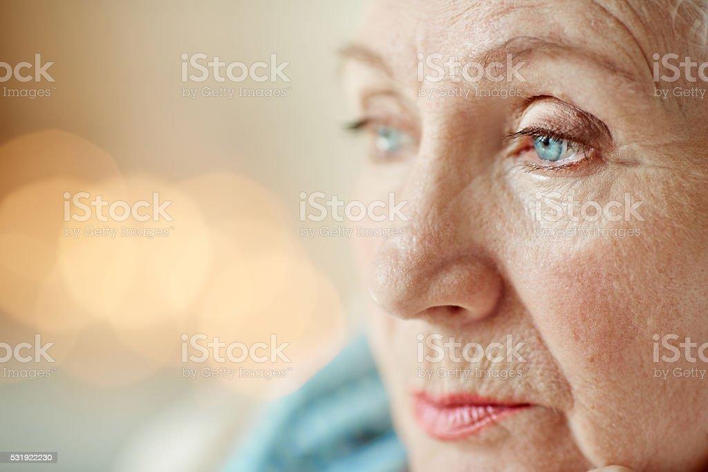Hombre viejo pensativo cara - foto de stock