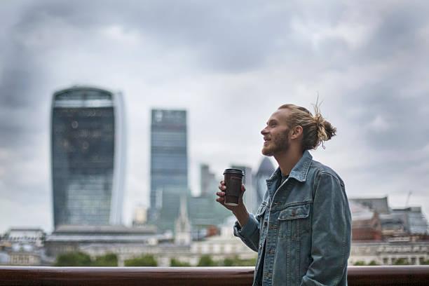 哀愁ヒップスターを飲むコーヒーで、ストリートロンドン ストックフォト
