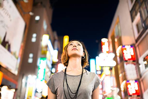nachdenklich japanische frau genießen sie die nacht in tokio - japanische lampen stock-fotos und bilder