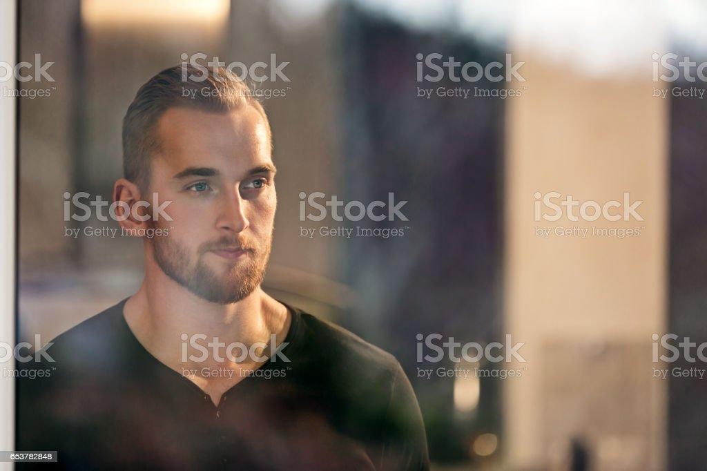 Pensive man looking out - foto de acervo