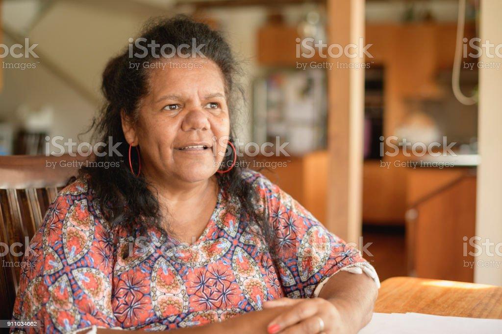 Nachdenklich Ältere Frau Wegsehen – Foto