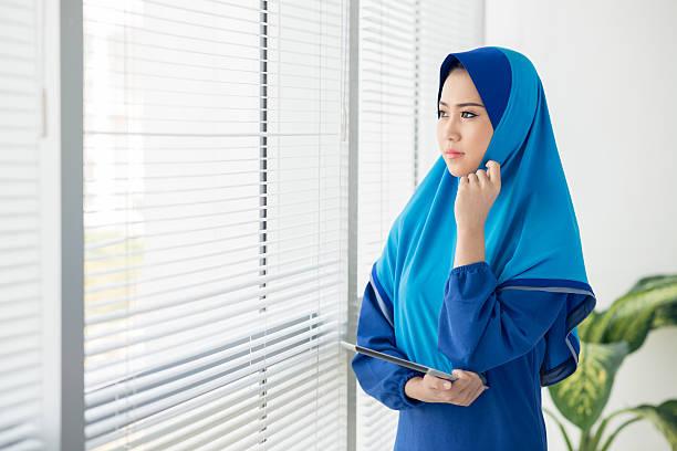 pensif musulmans directeur - cosmetique store photos et images de collection