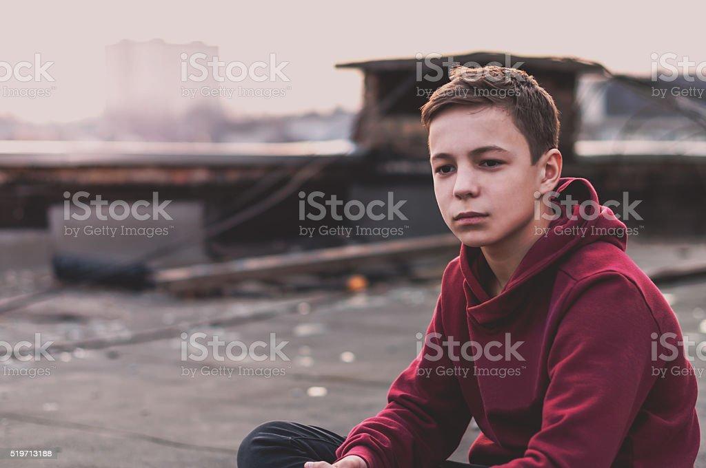Songeur adolescente s'asseoir sur le toit de l'hôtel - Photo