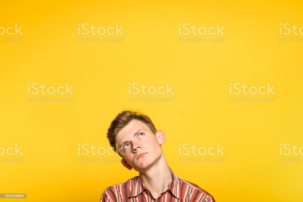 Ver hombre contemplativo pensativo pensativo - foto de stock