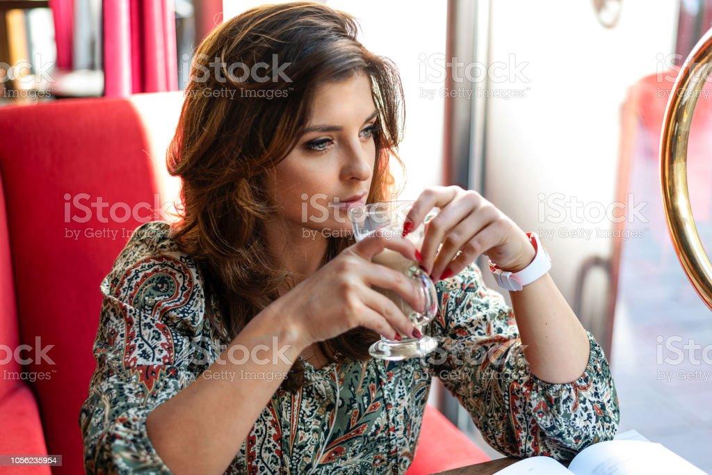 コーヒーを飲みながら物思いにふける女 ストックフォト