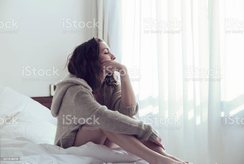 哀愁女性のベッド - 1人のロイヤリティフリーストックフォト