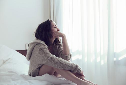 哀愁女性のベッド - 1人のストックフォトや画像を多数ご用意