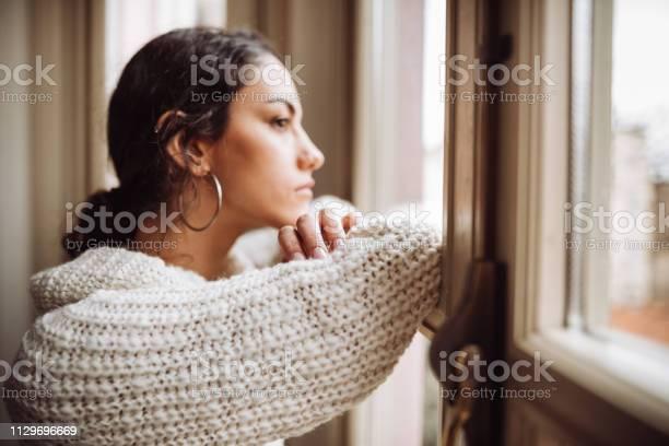 ウィンドウの前面に物思いにふける女 - 1人のストックフォトや画像を多数ご用意