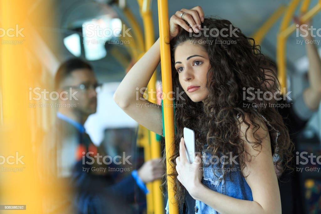 Nachdenkliche Frau mit öffentlichen Verkehrsmitteln unterwegs – Foto