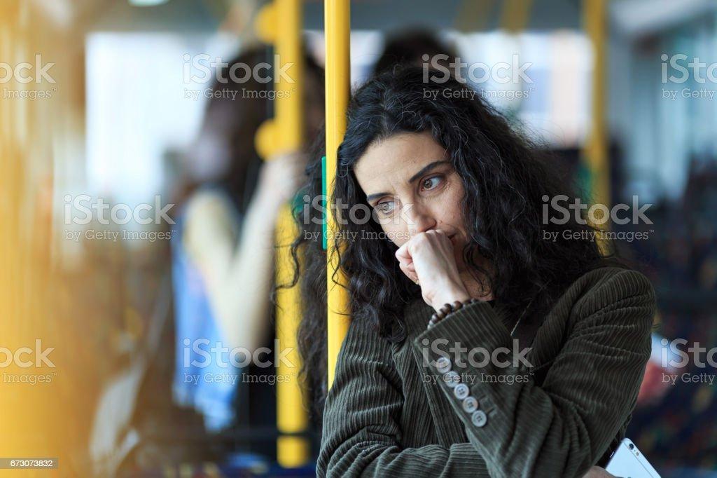 Nachdenkliche junge Frau unterwegs und halten Smartphone – Foto