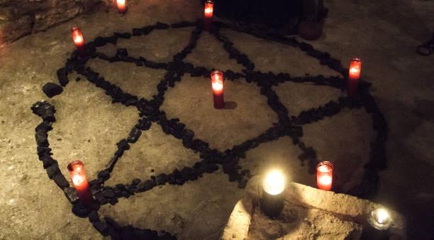 pentagramm dämon kerzen - kult stock-fotos und bilder