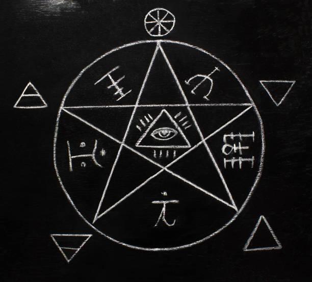 pentagramm auf der tafel - kult stock-fotos und bilder