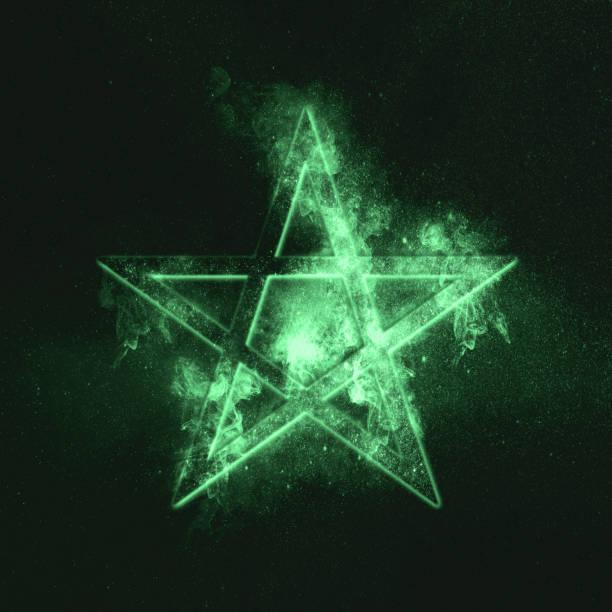 pentagramm-symbol. grünes symbol - kult stock-fotos und bilder