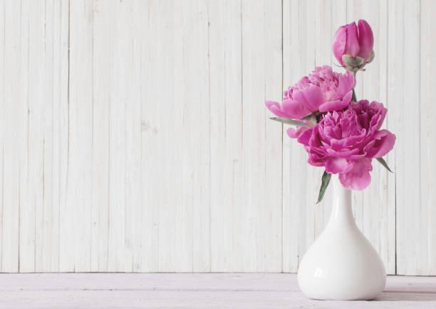 pfingstrose blumen in der vase auf weißem hintergrund - brautstrauß aus holz stock-fotos und bilder