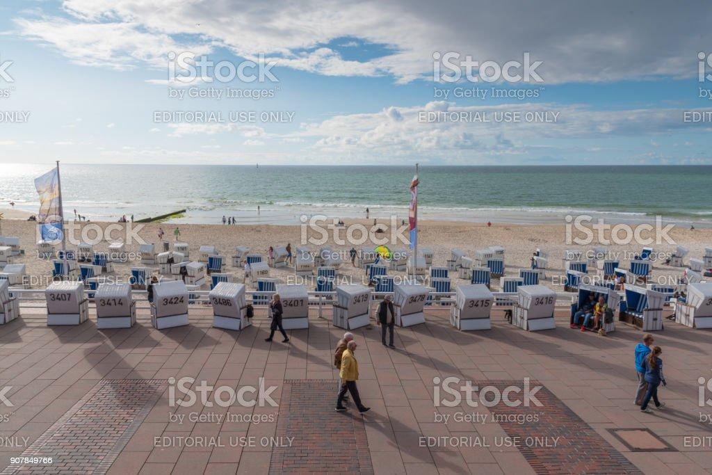 Menschen und Ostsee Strandkörbe auf der Promenade und dem Strand von Westerland, Sylt – Foto