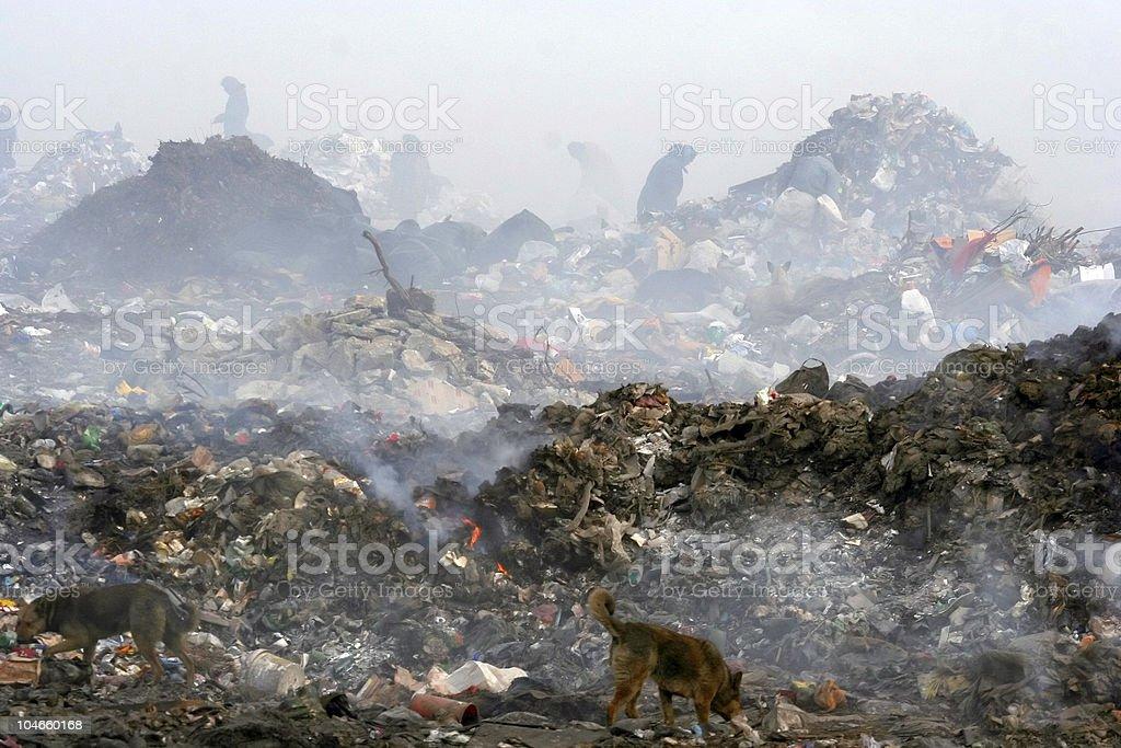 Menschen in den Müll. Rauch. Umweltverschmutzung. – Foto