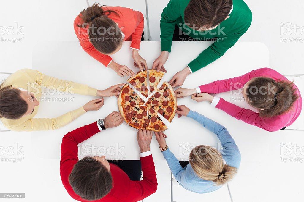 Personas y pizza foto de stock libre de derechos