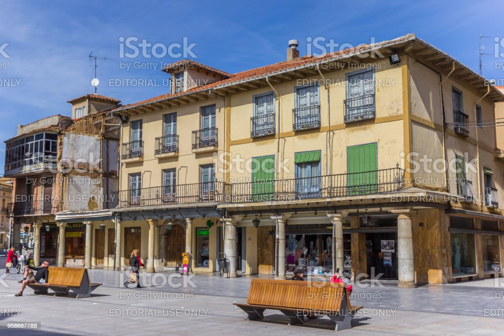 Gente y tiendas en la Plaza de Astorga, España - foto de stock