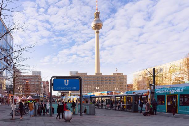 menschen und straßenbahn in der straße in der innenstadt des alexanderplatzes - u bahn stock-fotos und bilder