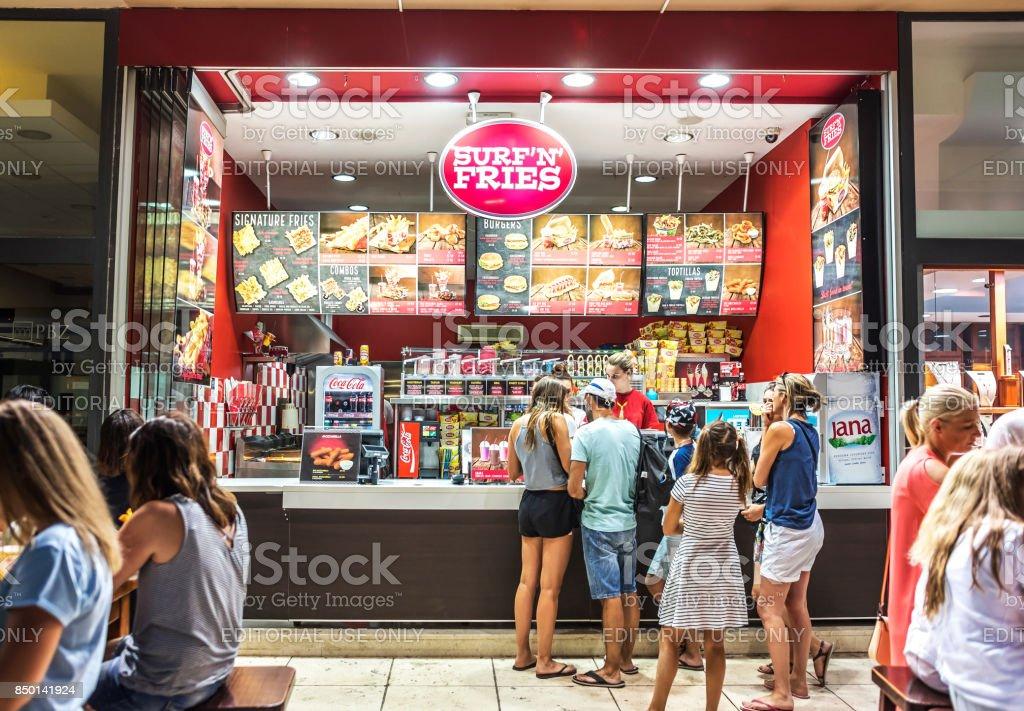 7607cf78a As pessoas estão comprando comida em uma loja fast food foto royalty-free