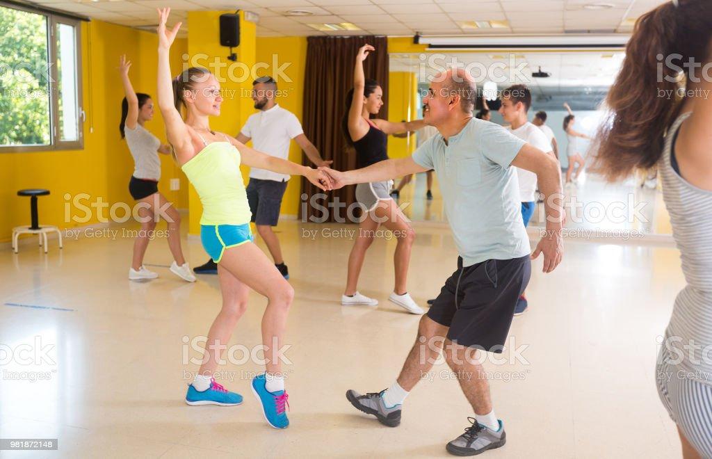 Les gens dansent boogie-woogie paires - Photo