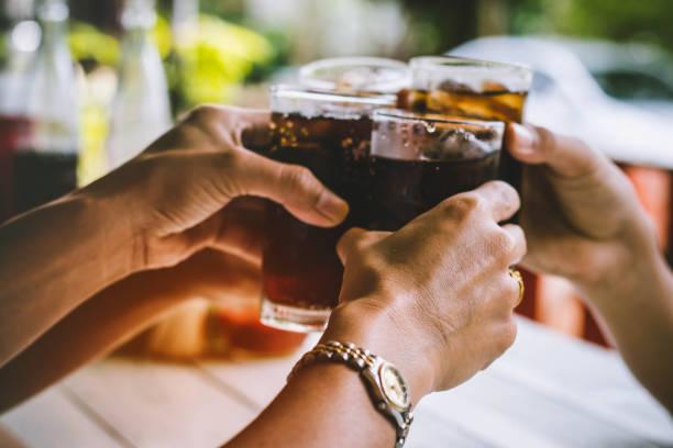 die leute trinken im urlaub - alkoholfreies getränk stock-fotos und bilder