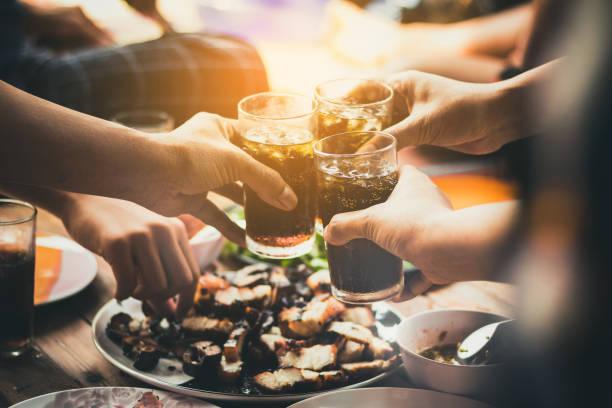 les gens mangent nourriture, boisson à boire ensemble dans le parti, restaurant - boissons gazeuses photos et images de collection