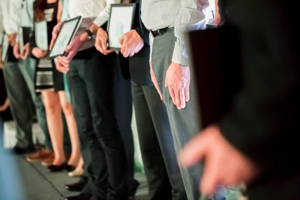 Menschen stehen auf der Bühne und erhalten Auszeichnungen – Foto